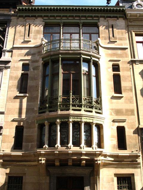 В.Орта. Отель Тассель в Брюсселе – первое сооружение стиля модерн. Впервые в архитектуре появляется новое выражение новых приемов крупного остекления, использование находок графики модерна – в построении фасада, в  деталях и отделке.