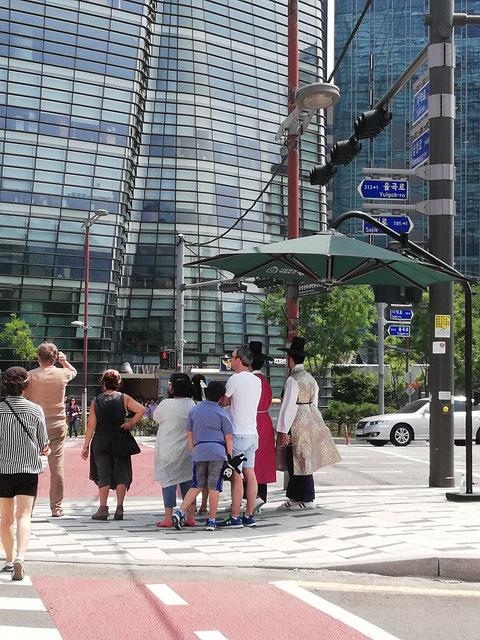 Sombrillas gigantes en los cruces peatonales de Seúl