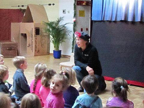Im Kindergarten stellt Schwester Barbara sich selbst und das Stück zu Beginn immer vor.