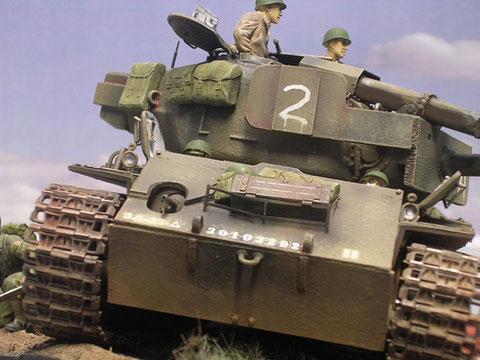 Die beiden Bugpanzerplatten sind ebenso grob aus einem Altpanzer geschnitten - sie tragen Markierungen der 3. US-Panzerdivision.