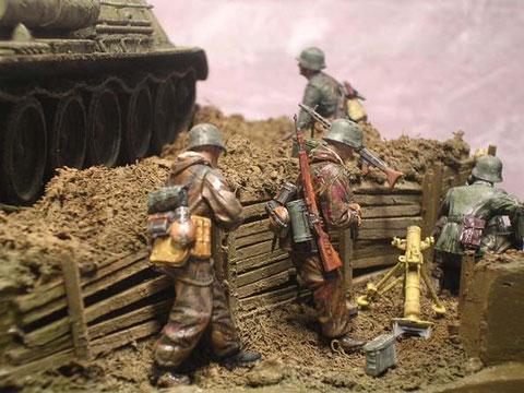 Mit 8cm-Granatwerferund Panzerabwehrmittel geht es gegen den Giganten.