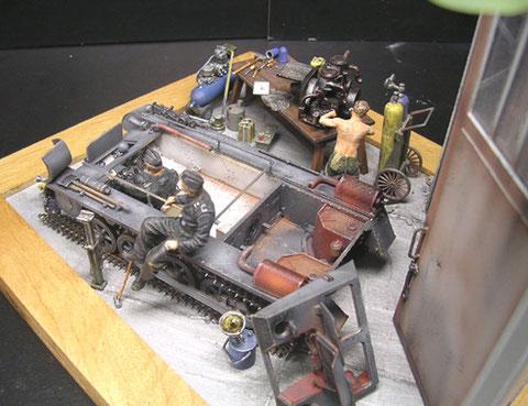 Die Tanks im Motorraum heben sich deutlich in Rostrot vom Chassis ab