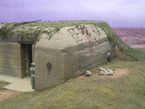 Die runden Öffnungen verbergen die Lüfter, seitliche Leitersproßen ermöglich das Besteigen des Bunkers.