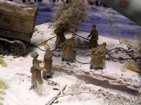 Zum Glück sind Artilleristen mit ihrem Voroshilovets da, um die Maschine aus dem Graben zu ziehen.