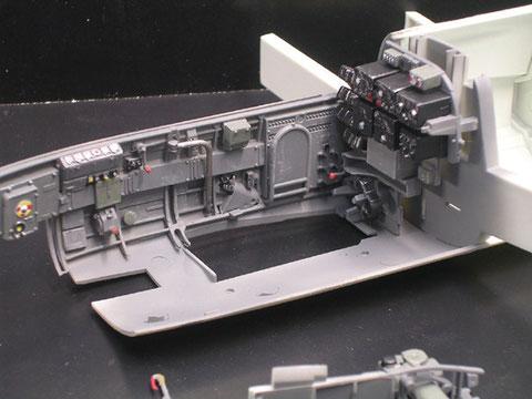 Fertiges Cockpitseiten- und Rückteil mit der ausgearbeiteten Funkanlage