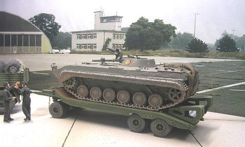 BMP Schützenpanzer als Transportlast auf dem 25to-Anhänger.