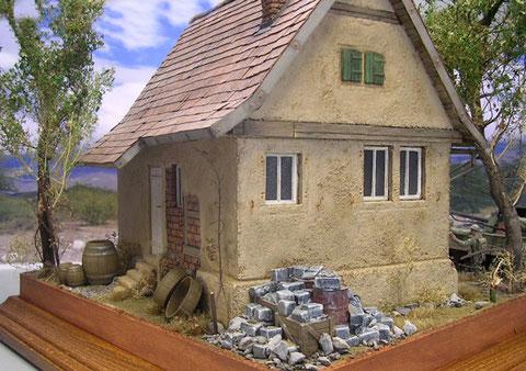 Auch hinterm Haus zeugen Trümmerreste und Fässer von den Vorbesitzern.