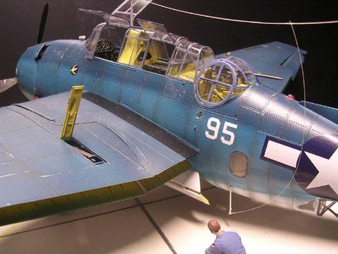 Die Antenne hatten eine seitliche Führung zum unteren Antennenträger, deutlich zu sehen, die abgeklappten Landeklappen