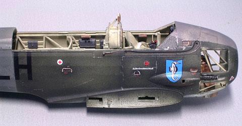 Leichte Abplatzer mit silber und in den Vertiefungen leichte Rostspuren (Seeflugzeug!) erbringen den gewünschten Alterungseffekt.