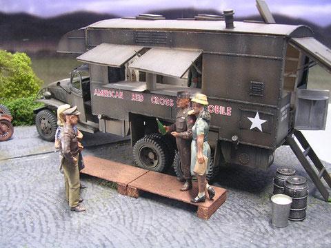 US Soldaten führen ihre Soldatenbräute aus