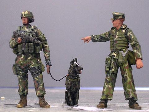 Einzig der Wachposten ist in voller Ausrüstung anwesend, und kommt gleich auf den Hund:-)