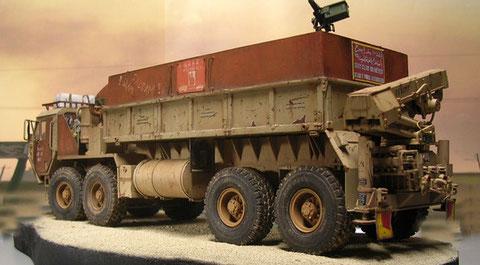 Durch die neuen Panzerplatten auf der Ladefläche entsteht ein mannshoher Schutz gegen leichte Waffen.