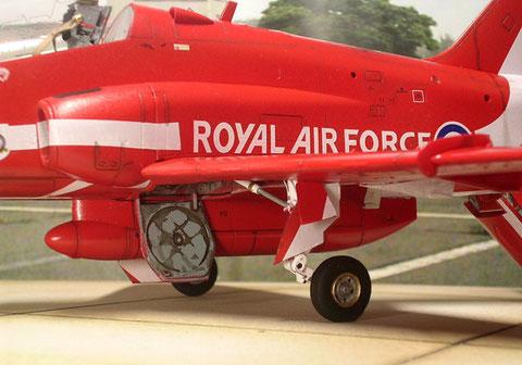 Unter dem Rumpf der Farbtank für den Kunstflugeinsatz. Das Fahrwerk bekam Alterung in den Schächten und leichte Ölspuren.