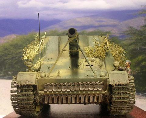 Deutlich der einzelne Fahrererker, ein Satz Ersatzkettenglieder dient als zusätzlichen Panzerschutz an der Bugplatte,