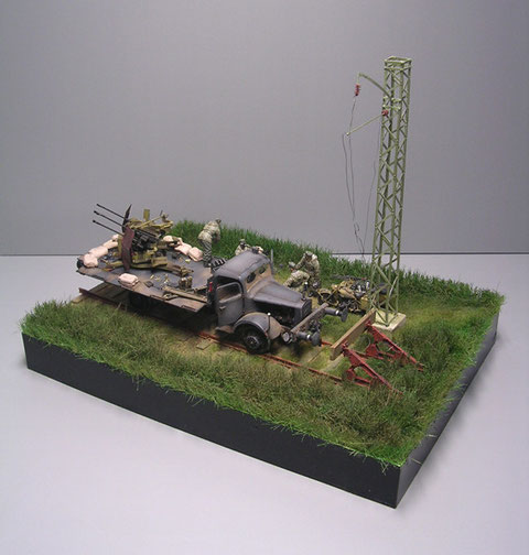 Die Grasbeflockung bildet einen schönen Kontrast zu den rostigen Schienen und dem wehrmachtsgrauen Fahrzeug.