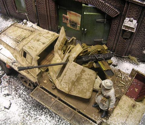 Der Aufbau des SWS mit der Flak 43 - übersät mit leeren Geschoßhülsen.