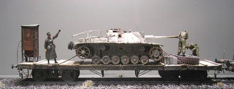 Tragkraft des Tiefladers bis zu 30 Tonnen, also ausreichend für das Sturmgeschütz.