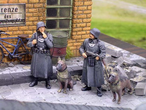 """Sogenannte """"Kettenhunde"""" der Feldjäger schützen das streng abgesicherte Gelände."""