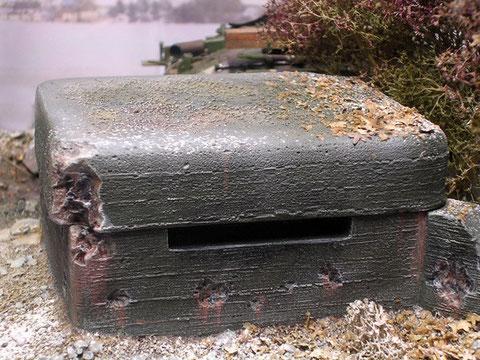 Der kleine Bunker sichert den wichtigen Höhenweg und hat schon einige Treffer abbekommen.