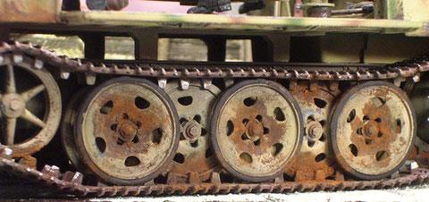 Fahrgestell und Unterwanne wurden mit Rost-, Schmutz- und Ölspuren gealtert.