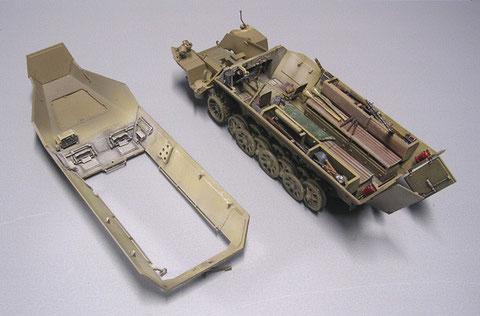 SdKfz 251 im Bau, zuerst komplett die Inneneinrichtung fertigstellen, abdecken, zusammenkleben, außen colorieren.