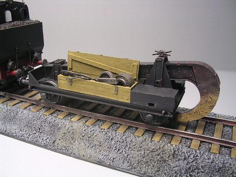 Neben der Einstellmechanik und den Ballastkisten wurden auch Holzkisten für die Aufnahme von Ersatzteilen auf dem Waggon mitgeführt.