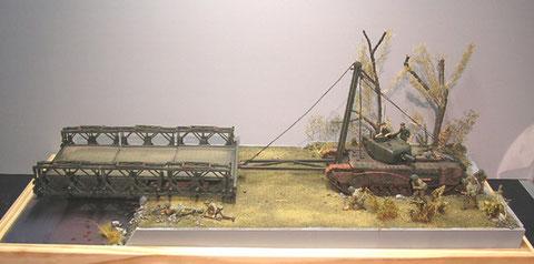Breite circa 70cm, der Churchill schiebt die Bailey-Bridge über den Uferrand
