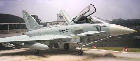 Ausgestatte als Luftüberlegenheitsjäger mit Luft-Luft-Raketen und Zusatztanks