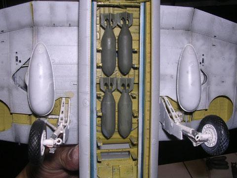 Blick von unten in den Bombenschacht, im Bausatz sind sowohl dafür Torpedo, als auch Zusatztank als Zuladung enthalten