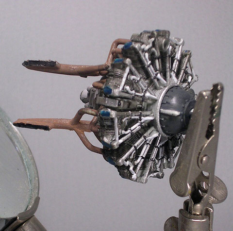 Der Motor ist auch ohne Verfeinerungen schon recht detalliert- die Auspufföffnungen muss man aber aufbohren.