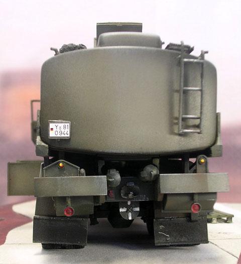 Rückfront mit Aufstiegsleiter und den unterm dem Tank liegenden Rohren für die Schläuche.