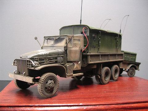 Die rote Stromzuführung vom Fahrzeug zum Shelter liefert auch Strom von der LKW-Batterie.