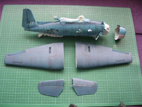 Während der Airbrushphase: preshading auf den Nietenreihen, zweifarbig-blau auf der Rumpfoberfläche.