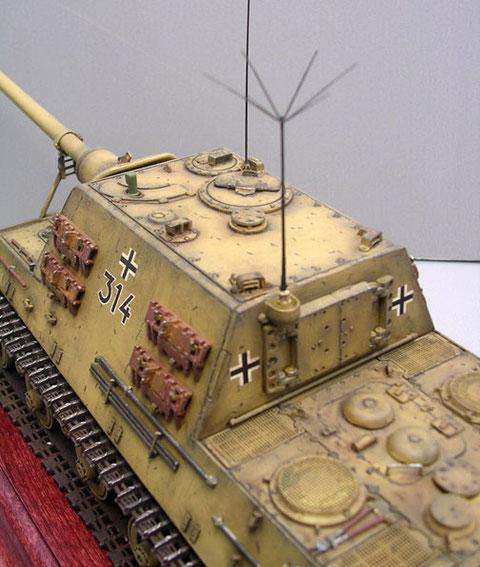 Der kastenförmige Aufbau mit der schweren, rückwärtigen Luke, durch die nachgeladen wurde oder die Kanone gezogen werden konnte.
