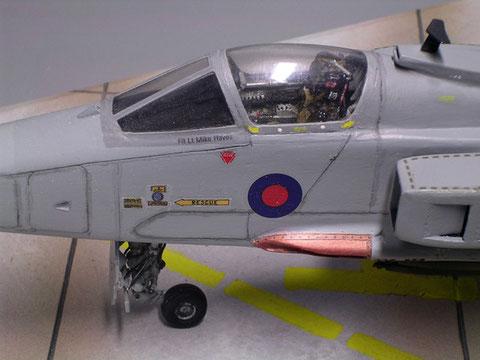 Hinter der Cockpithaube der Martin-Baker Schleudersitz.