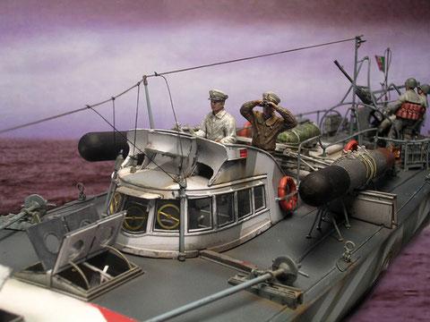 Die beiden Offiziere fahren das Boot vom oberen Ruderstand aus.