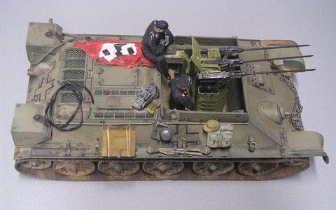 Hier sieht man den nachträglichen Einbau der sandgelben Flakdrilling in das schon stark gealterte T-34 Fahrgestell.