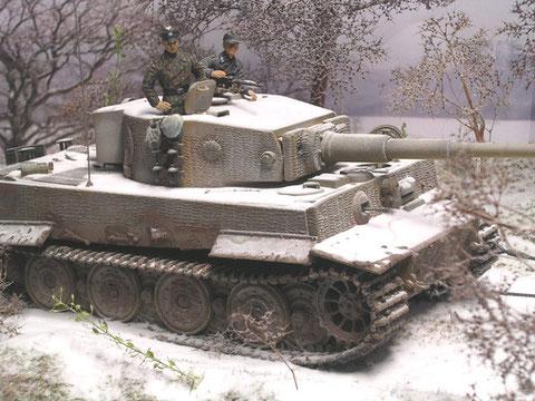 Die breiten Tigerketten verteilen den Bodendruck auch in dem schweren Schneegelände.