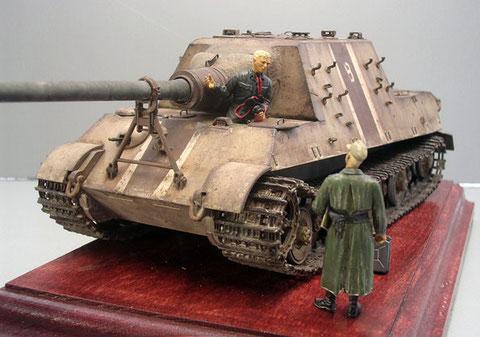 Fehlende Ersatzketten, fehlende Kettenschürzen, Ersatzrohr in Wehrmacht-Oliv, Streifentarnung..Endzeitstimmung.
