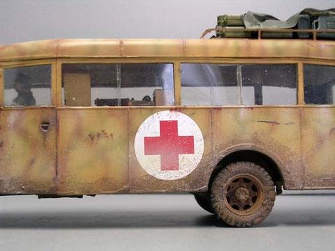 Für das zukünftige Diorama wurde der Fahrzeugboden schon großzügig mit Schlamm bedeckt.