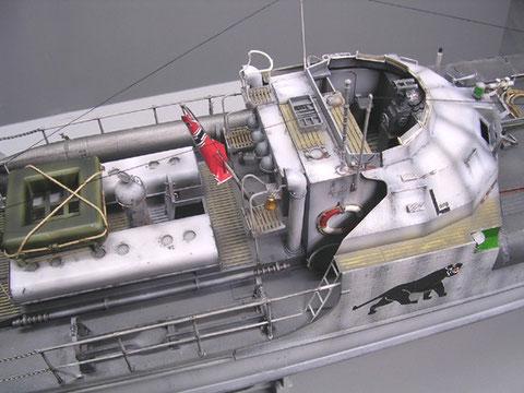 Kompaßanlage und Rettungsboote im Mittelschiff, ein Torpedorack ist noch verwaist
