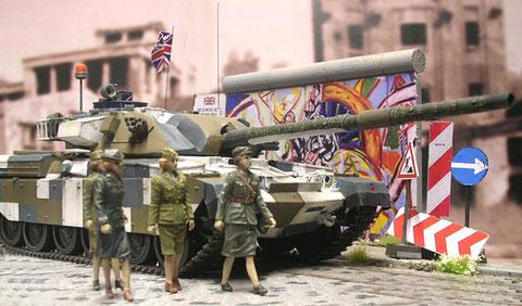 """Die farbenfrohe Elemente wie Graffiti und Verkehrsschilder tragen dazu bei, den Chieftain im Stadtbild """"verschwinden"""" zu lassen."""