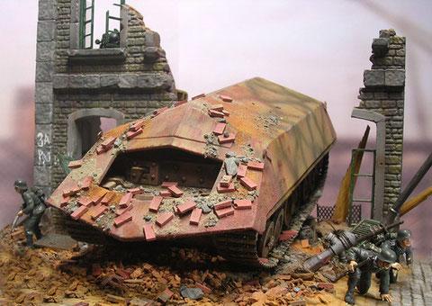 Trümmerteile auf dem Panzer lassen den Durchbruch realistisch erscheinen.