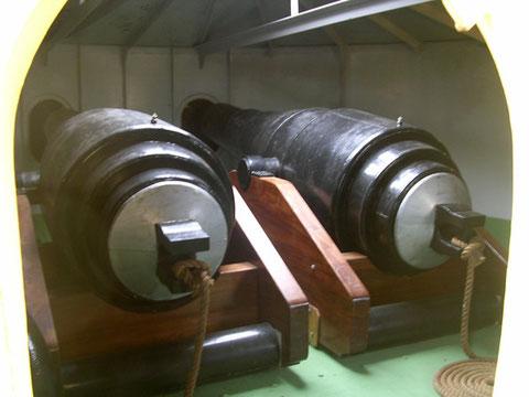 Die zwei riesigen Hinterlader im eisernen Turm.