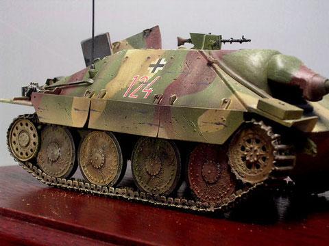Beachte die verbogenen Kettenschürzen und Schrammen im Panzeraufbau.
