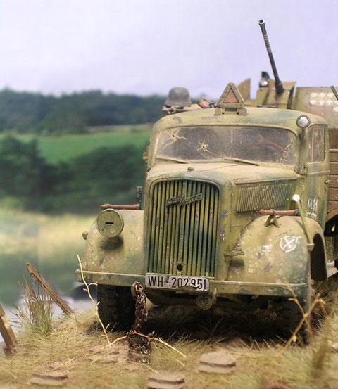 Der Heeres-LKW mit durchsiebter Frontscheibe, der linke Scheinwerfer und Tarnlicht fehlen schon.