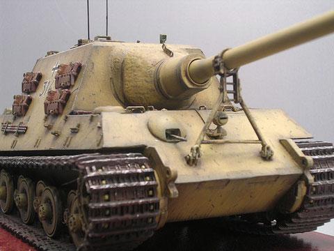Beachte die gro0e Rohrstütze für die gewaltige 12,8cm Kanone. Dazu die Gusstruktur der massiven Blende.