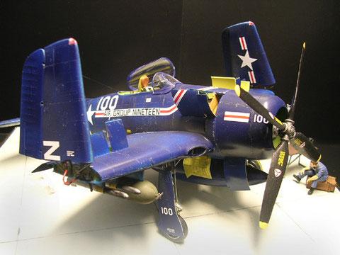 Farbenfrohes Design eines Navy-Bombers mit hervorragender Decal-Qualität