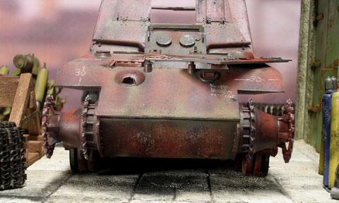 Die schwere Bugpanzerplatte, die weissen Markierungen haben die Schweisser hinterlassen.