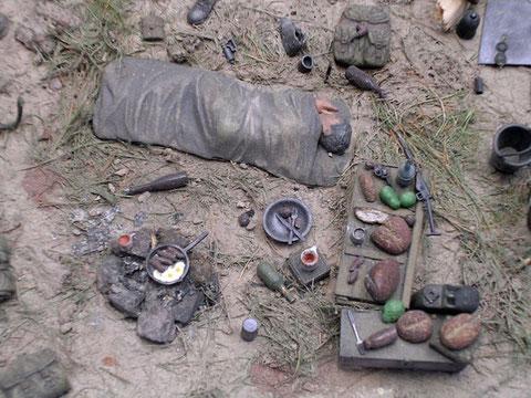 Verpflegung, Spiegeleier in der Pfanne, Essbesteck, Flaschen Wein, übermüdet rollt der müde Krieger in seine Schlafdecke.